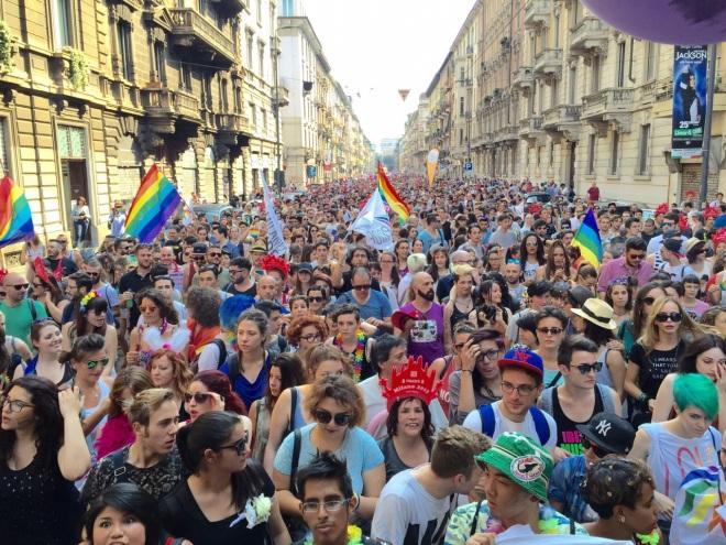 La sconfinata folla di Milano Pride vista dal primo carro. Laggiù in fondo ci sono altri 4 carri!
